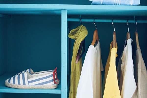 青いクローゼットの中に5枚の服と1足の靴