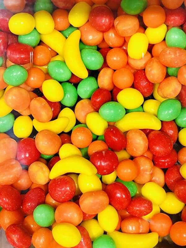 果物の形をしたカラフルなたくさんのラムネ菓子