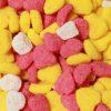 黄色とピンクと白のハートの形をしたグミ
