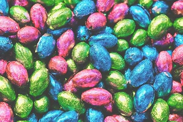 青とピンクと緑の包み紙に包まれたたくさんのチョコ
