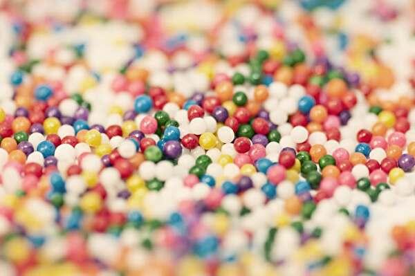 たくさんのカラフルな小さな丸いチョコ