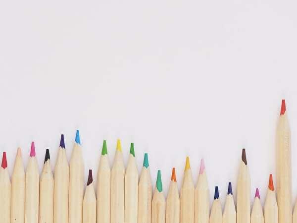 色鉛筆が並んでいる