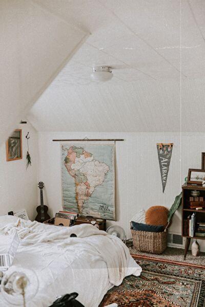地図が貼ってあるおしゃれな寝室
