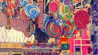 天井からぶら下がるたくさんのカラフルなペロペロキャンディー